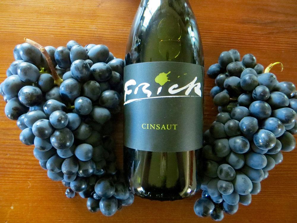 Bottle of Frinck Cinsaut with two Cinsaut grape bunches