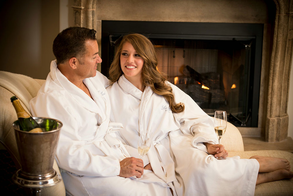 A couple drinking champagne and enjoy a relaxing romantic stay at Hotel Les Mars
